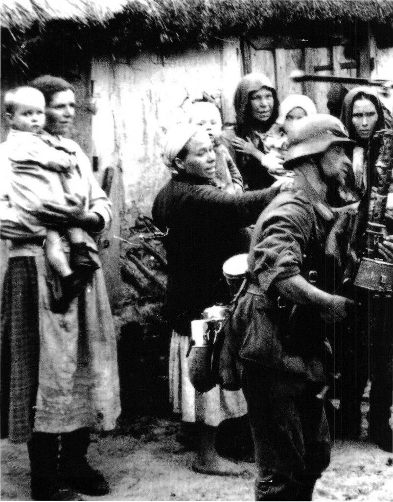 Украинские крестьяне исполняют приказы немецких солдат