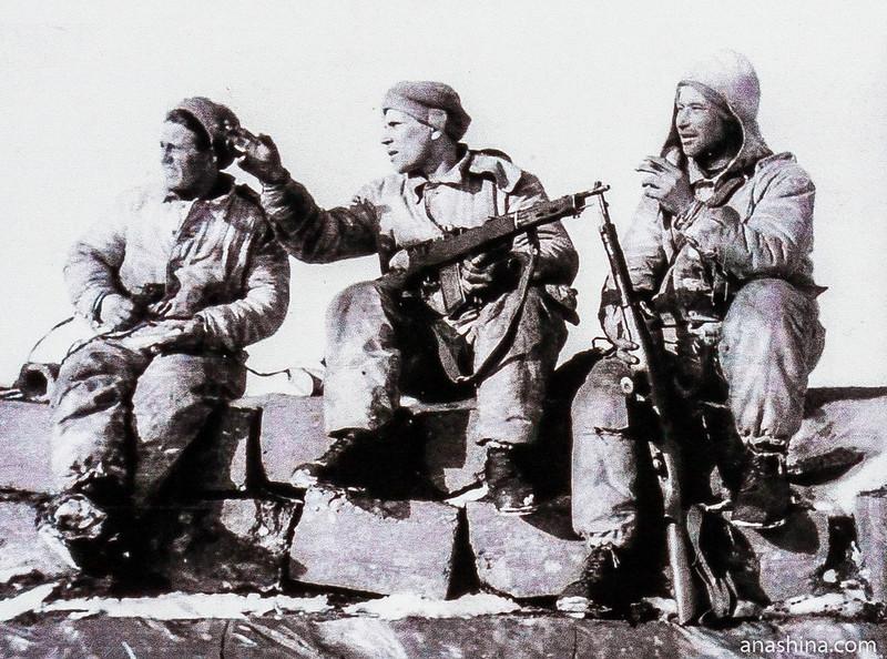 Бойцы Отряда берегового сопровождения Краснознаменного Балтийского флота на крыше ДОТ №6 УР Инкиля