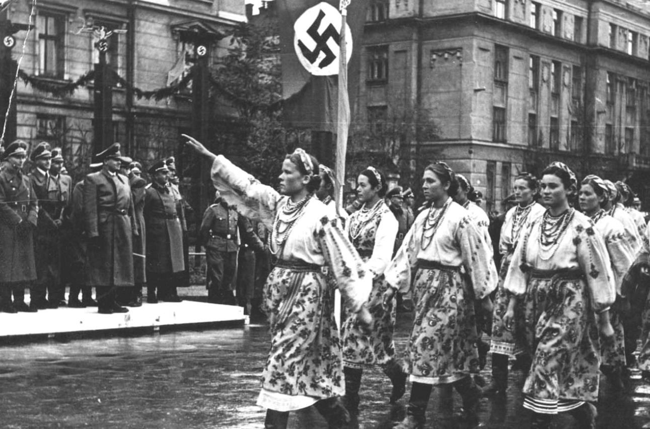 1941. Парад в Станиславе (Ивано-Франковск) в честь визита генерал-губернатора Польши рейхсляйтера Ганса Франка. Западная Украина, октябрь