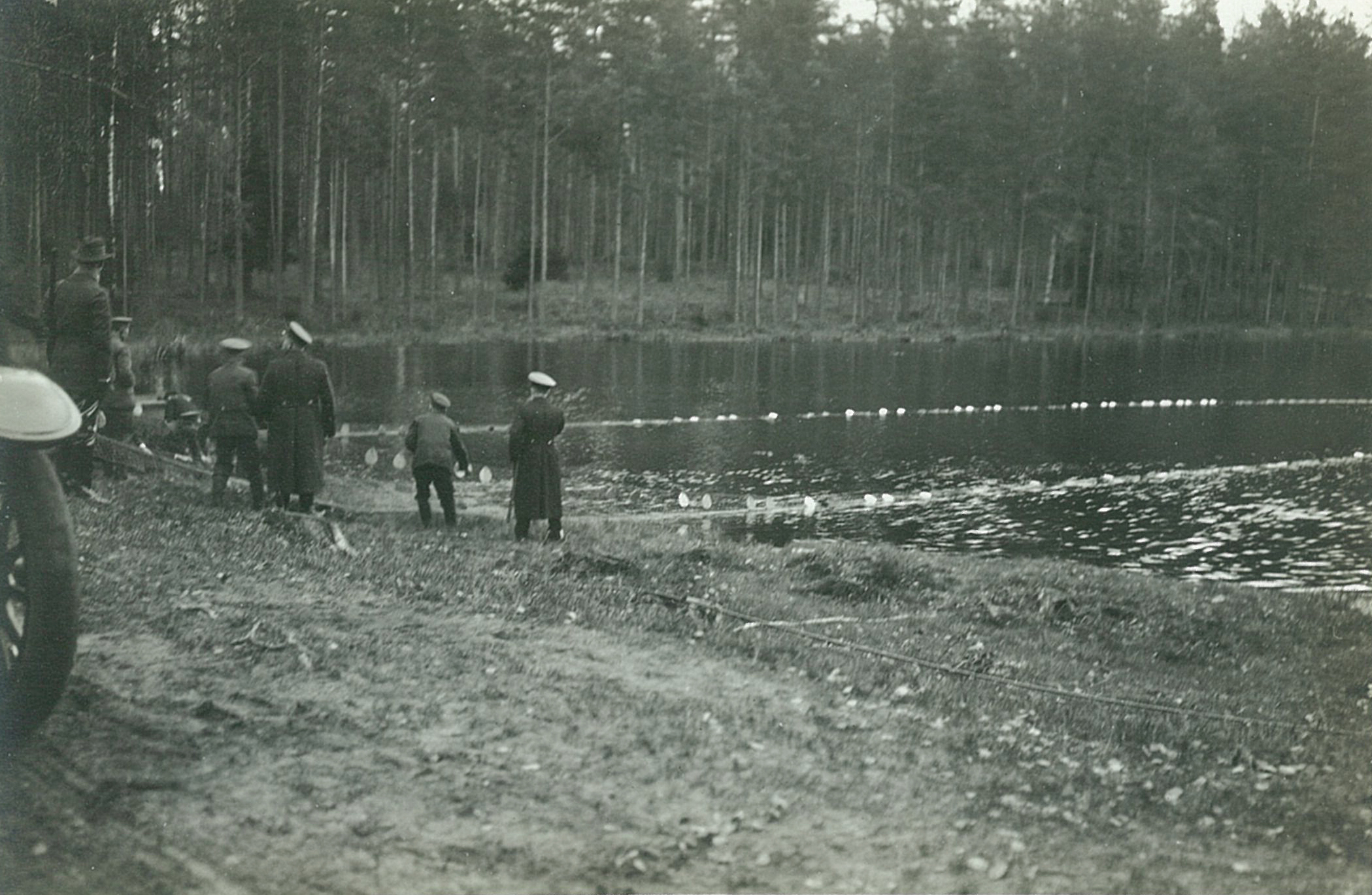 Рыбная ловля сетями на озере, вытягивание сети