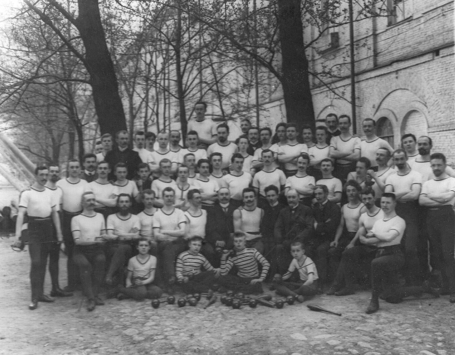 Члены общества в спортивных костюмах в саду. 1907
