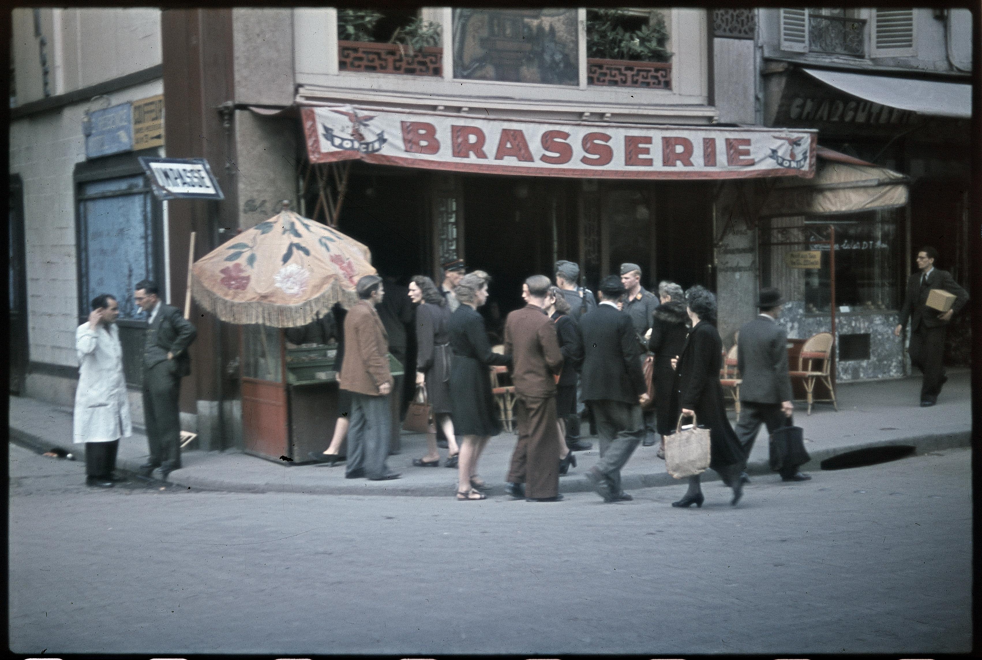 Немецкие солдаты на бульваре де Рошешуар