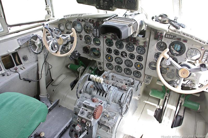 Пассажирский самолёт Ил-18.