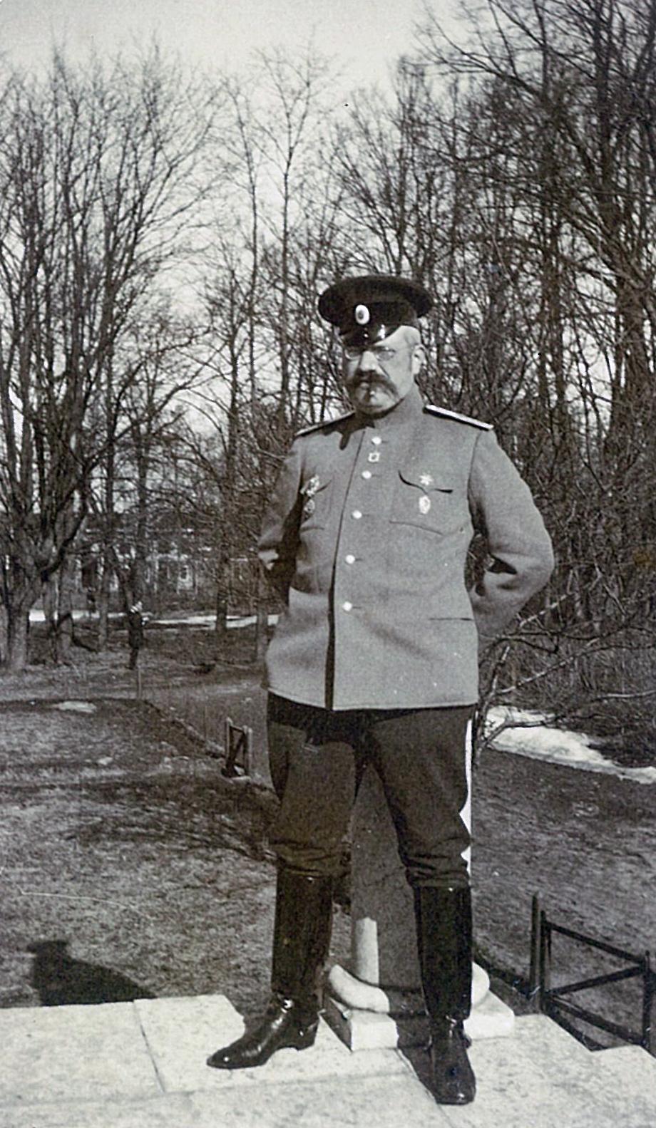 В.П.Всеволожский военной форме на террасе усадебного дома в Рябово,  (2)