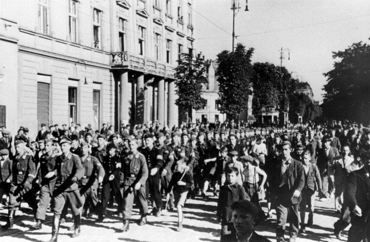 1944. Проводы украинских воспитанников СС на обучение в Германию по улицам Львова, июнь (2)