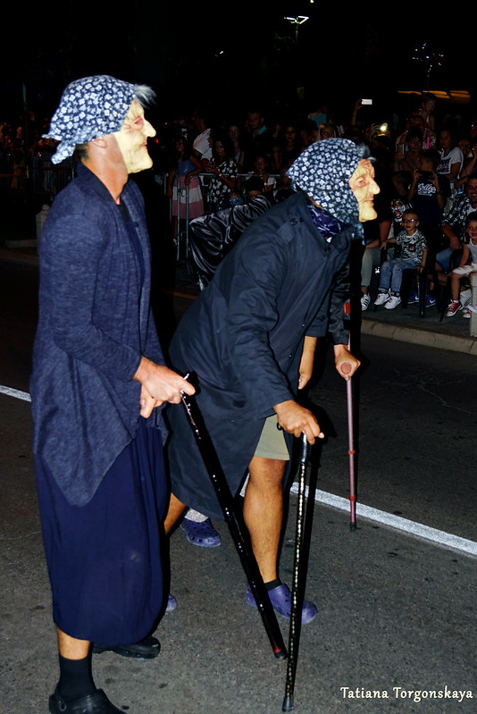 Группа старушек на карнавальном шествии в Которе