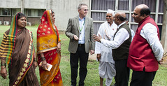 Farmers of Parbhani district and officials of Vasantrao Naik Marathwada Krishi Vidyapeeth interact with Peter Carberry, Acting Director General, ICRISAT.