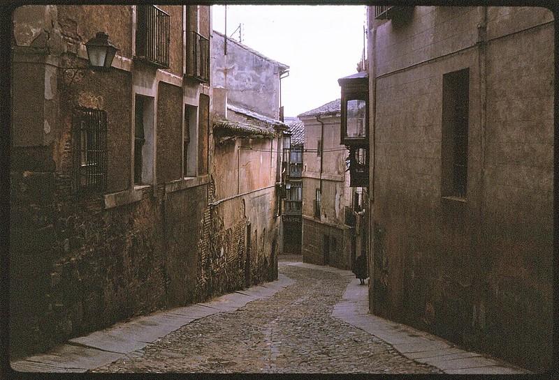 Calle de la Ciudad en Toledo en abril de 1963. Película Kodachrome. Donación de la familia Burgos.