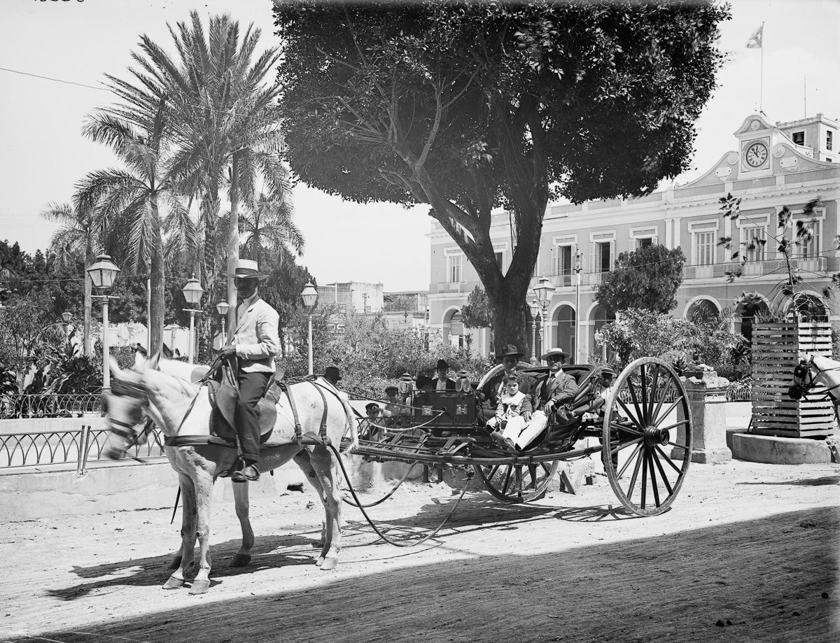 A horse drawn carriage in front of a house in Havana, Cuba. Photo taken between 1890 and 1906.