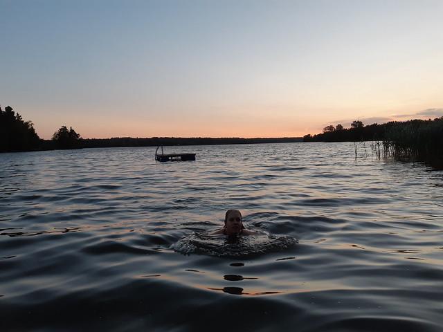Simning är alltid bra träning i värmen!