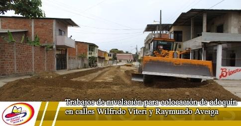 Trabajos de nivelación para colocación de adoquín en calles Wilfrido Viteri y Raymundo Aveiga