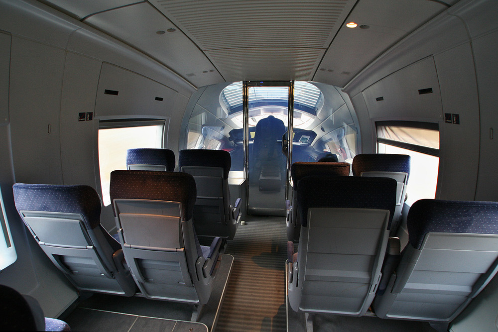 The front lounge of an ICE 3 (2nd class). Photo taken by Sebastian Terfloth on March 3, 2008.