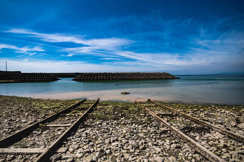 海に沈む線路
