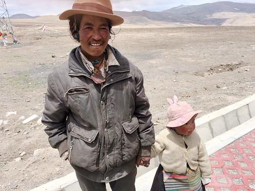 西藏成年男子帶著小孩