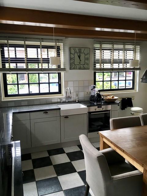 Zwartwitte vloer keuken stolpboerderij