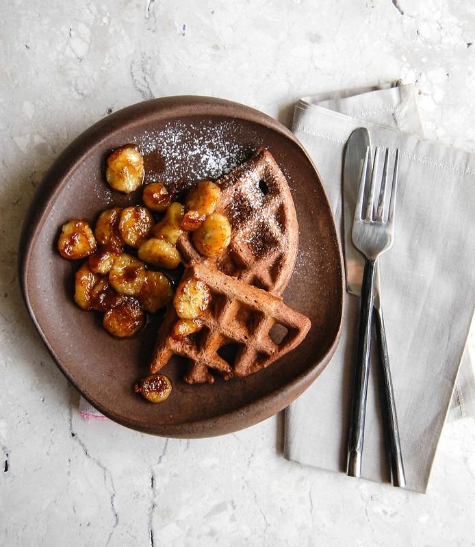 Waffles de cacau com banana caramelizada