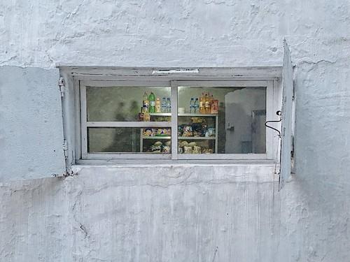 民宅區內小商店的唯一對外窗口,販售零食和飲料