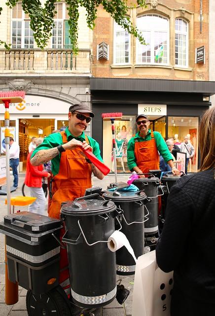 De 2 straatvegers Cirq Poubelle  @ De Langste Dag in Leuven