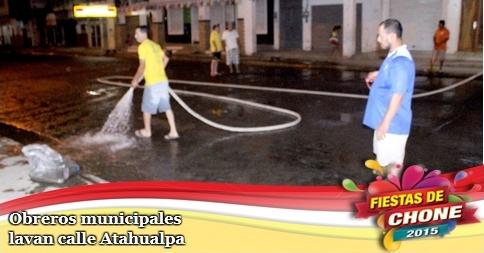 Obreros municipales lavan calle Atahualpa
