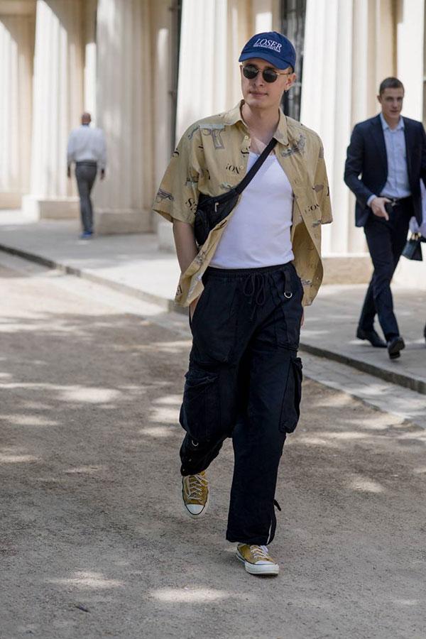 ネイビーキャップ×ベージュ柄半袖シャツ×白タンクトップ×ネイビーカーゴパンツ×オールスターローベージュ