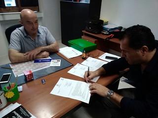 La firma tra il RUP Vincenzo Teofilo e il titolare della Teo Viaggi