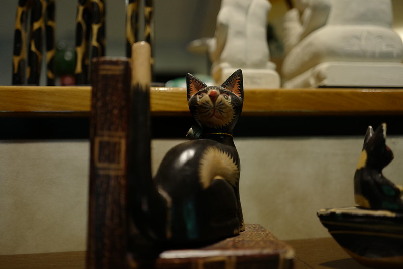 HOTEL SPA ANDA RESORT伊豆高原本館ライブラリーの猫の置物