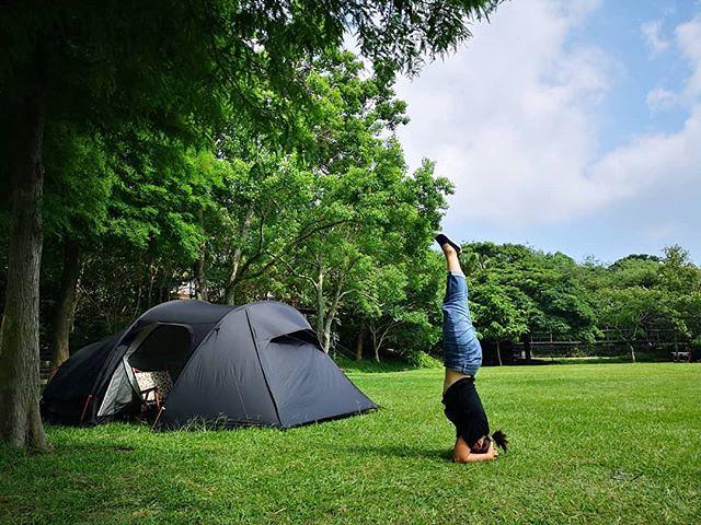 20180616 不露 還是會blue 所以我們又在後花園了 #歐北露 #campinglife #campingheadstand #ilovecamping #一露一倒立 #headstand