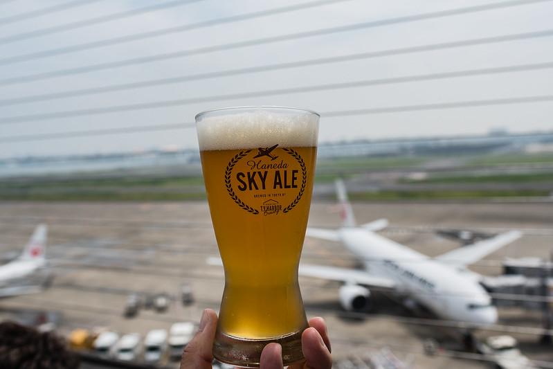 羽田空港第一ターミナルのデッキで飲む羽田スカイエール