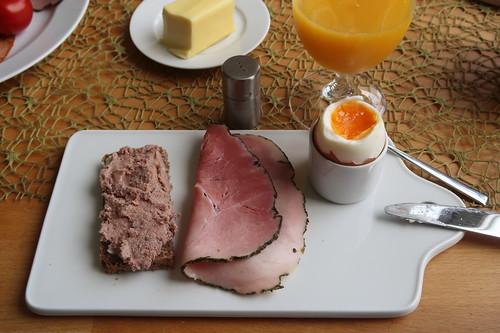 Leberwurst bzw. Kräuterschinken auf Roggenbrot zum Frühstücksei