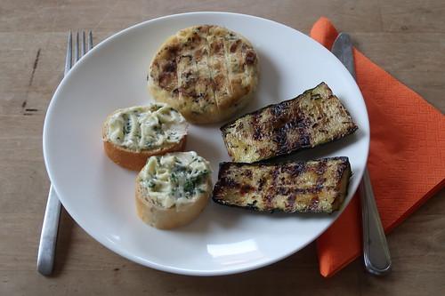 Gegrillte Zucchini, Grillkäse und Kräuterbutter-Baguette