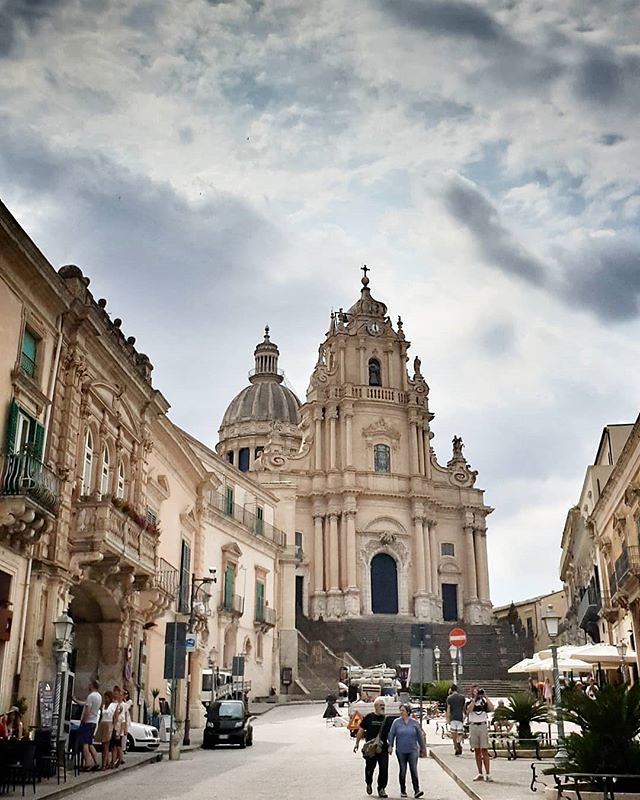 Ragusa Ibla, cattedrale #ragusa #church #sicily #sicilia #monument #sky #cloudy #colors #igers #igersitalia #photo #photooftheday #picoftheday #clouds #architecture #road
