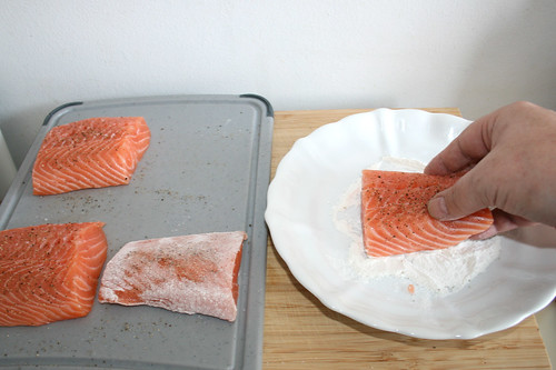 21 - Lachs in Mehl wenden / Turn salmon in flour