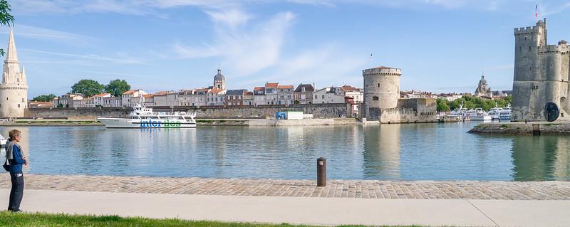 Besucherin blickt zu Tour de la Lanterne, Rathausturm, Tour de la Chaine, Tour d'Horloge, Tour St Nicolas