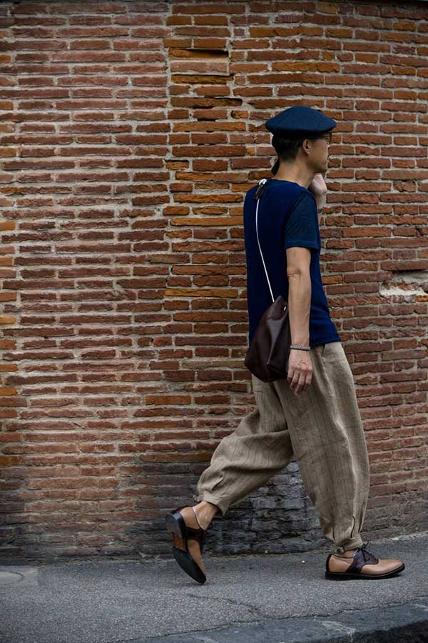 ネイビーベレー帽×ネイビーTシャツ×グレーストライプワイドパンツ×ブラウンベージュサドルシューズ