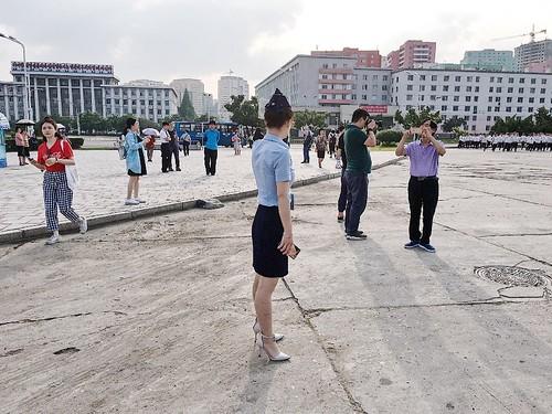 北韓交警多為女生,踩著超高高跟鞋指揮交通