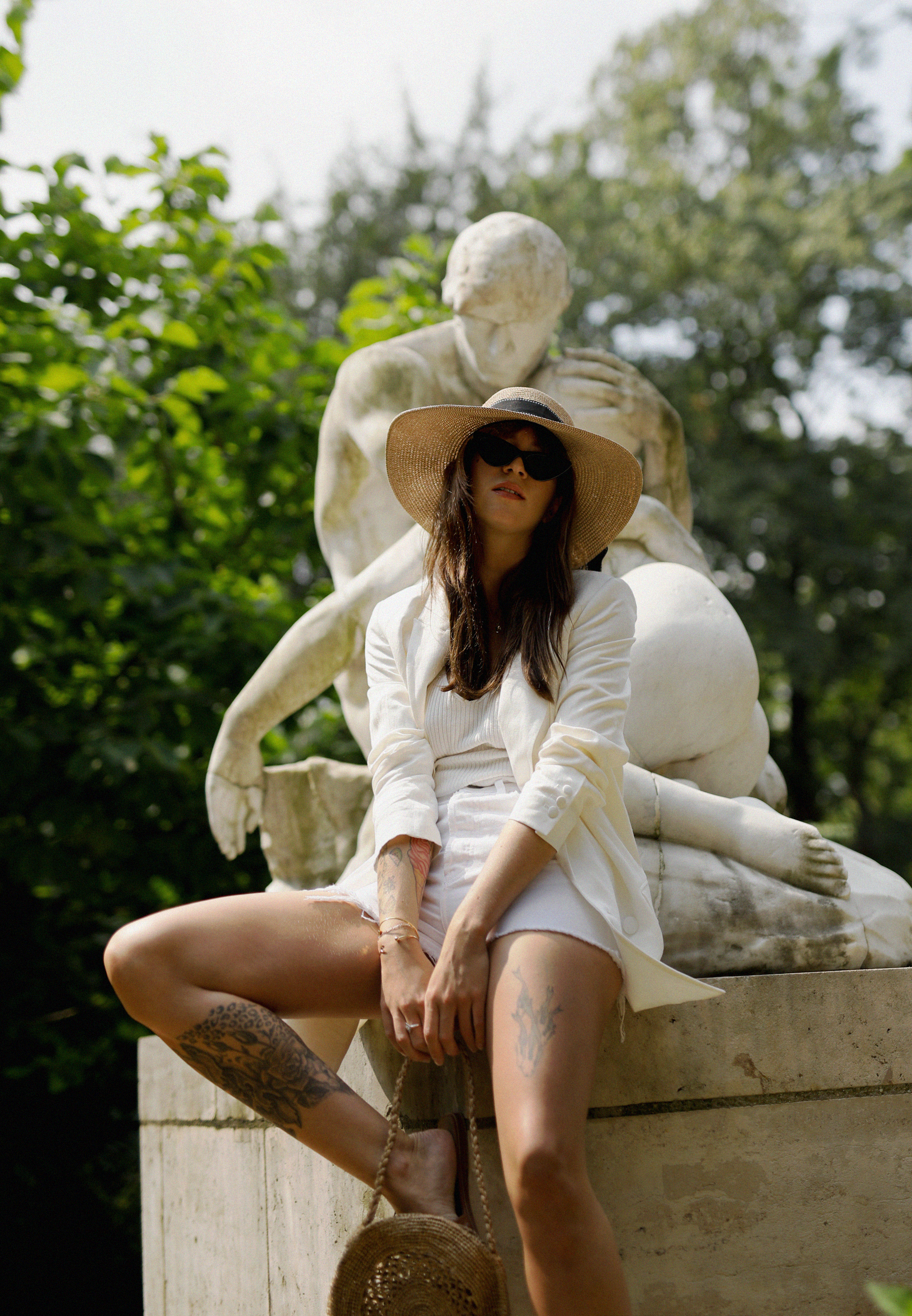 all white & other stories shorts blazer straw hat summer bag rouje hermes oran sandals statue marble dusseldorf düsseldorf dus art artist artsy fashionblogger modeblog jane birkin jeanne damas outfit mode inspiration look seventies ricarda schernus 7