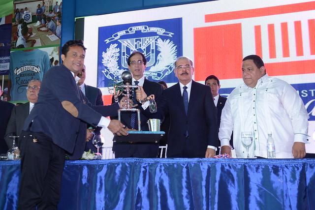 Presidente Danilo Medina entrega equipos a 158 ayuntamientos y 234 distritos municipales