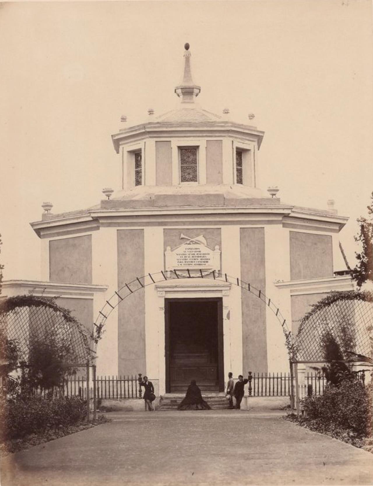 Лима. Восточный вход в часовню мемориального кладбища «Пастор Матиас Маэстро»
