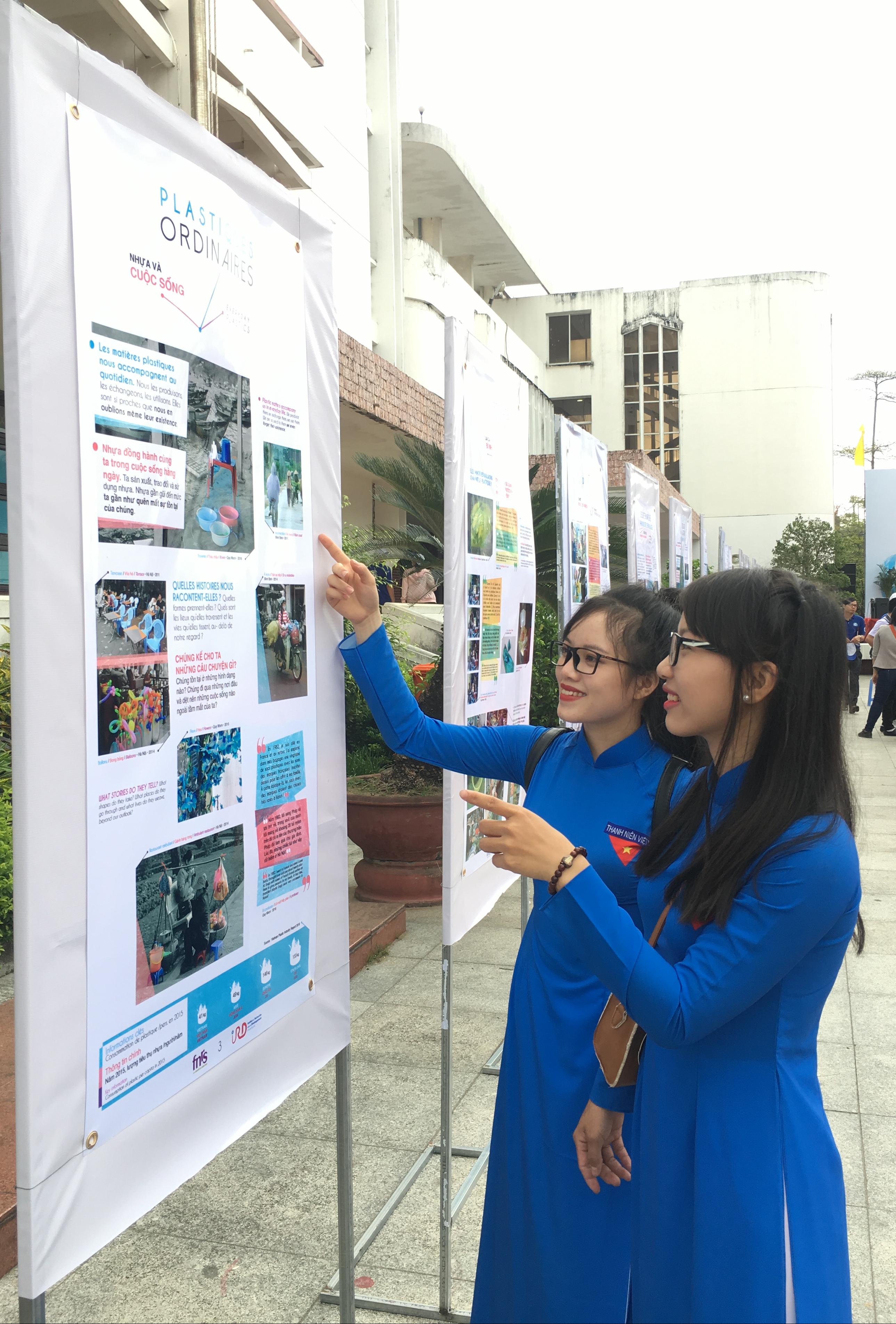 Sinh viên trao đổi về những vấn đề xoay quanh đến nhựa