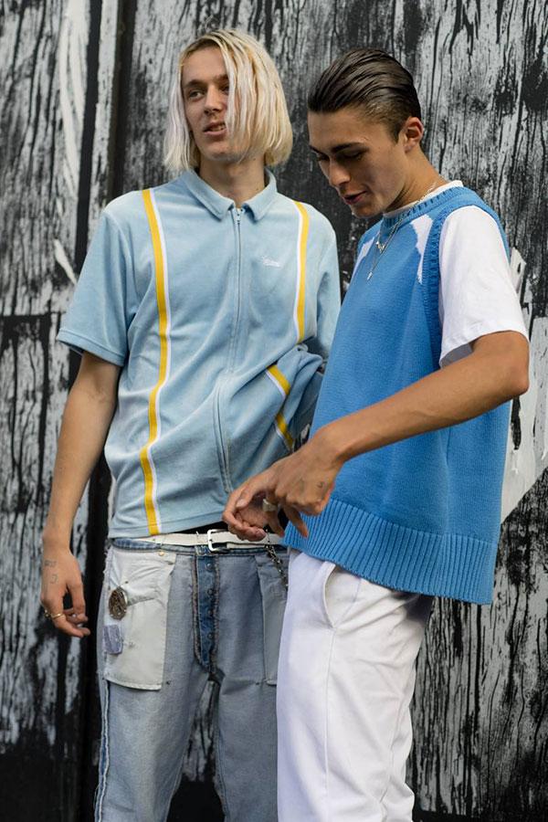 ライトブルージップアップ半袖シャツ×デニムパンツ&白Tシャツ×ブルーニットベスト×白パンツ