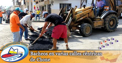 Bacheos en varias calles céntricas de Chone