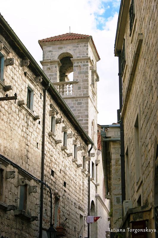 Которская улица с колокольней францисканского монастыря