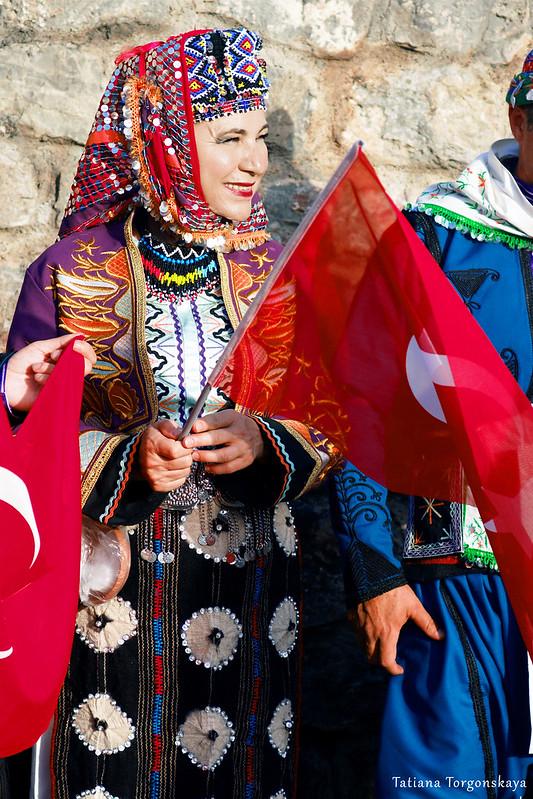 Женщина из турецкого фольклорного ансамбля
