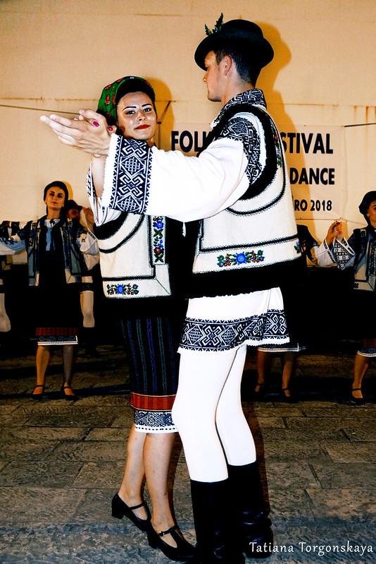 """Пара из фольклорного ансамбля """"Arancul USV"""" во время танца"""