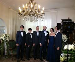 Philippe entouré du Dr Élias Nour, de son épouse Raya et de leurs enfants, ses cousins: Alexandre, Edgar et François