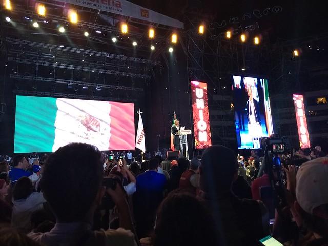 Favorito à presidência, López Obrador encerra campanha com público de 80 mil pessoas
