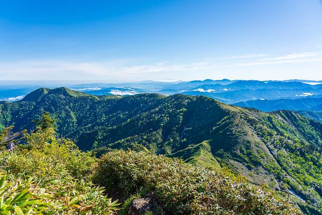 これから縦走する神楽ヶ峰、霧ノ塔と背後の絶景