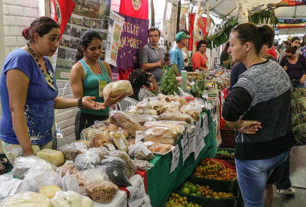 Alimentos expostos nas bancas do MST são produzidos em acampamentos e assentamentos da Reforma Agrária. Foto Catiana de Medeiros.jpg