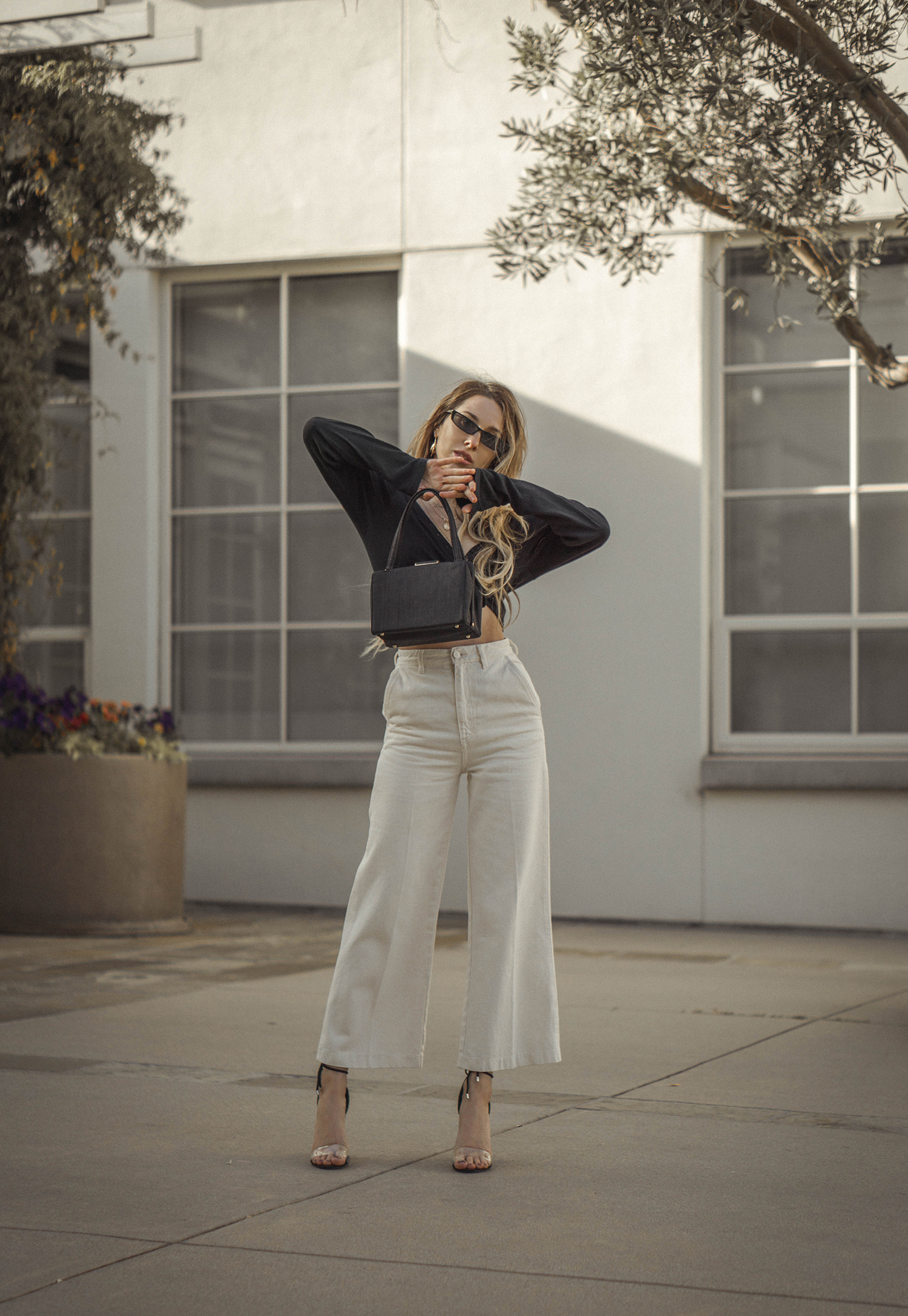 high_waisted_wide_white_jeans_clear_shoes_heels_street_style_outfit_fashion_blogger_vintage_lena_juice_the_white_ocean_05