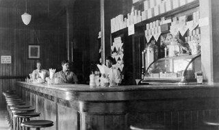 Railway station lunch counter and staff, Jasper, Alberta / Buffet de gare et son personnel à Jasper (Alberta)